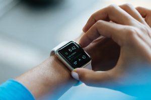 Persona realizando el cambio horario en su smartwatch