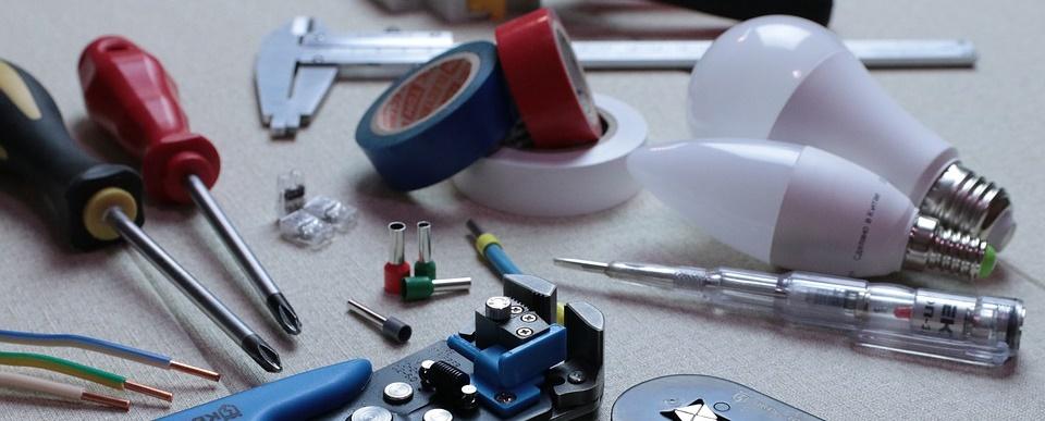 diversos aparatos relacionados con las instalaciones eléctricas