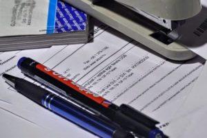 Diverso material de oficina sobre la mesa